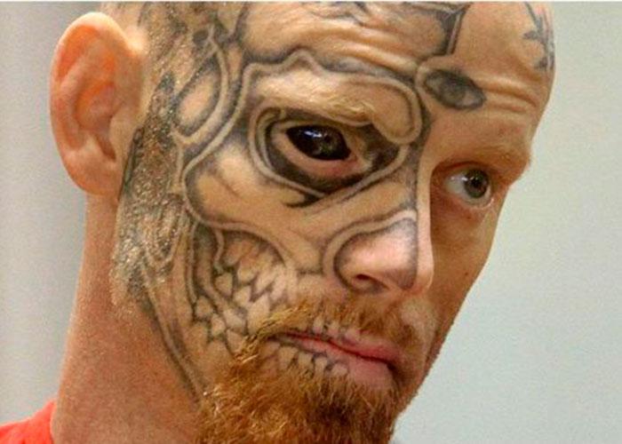 La peligrosa moda de los tatuajes en los ojos