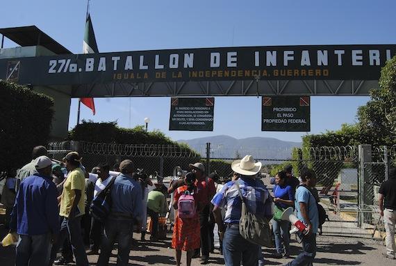 """La Policía Militar usó """"piedras y gas"""" contra padres de los 43 y estudiantes: Tlachinollan"""