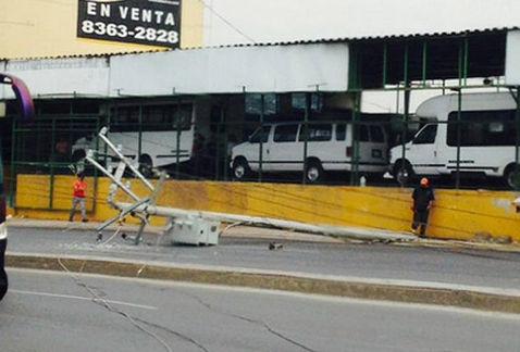 Caen postes en Garza Sada; cierran carriles de sur a norte