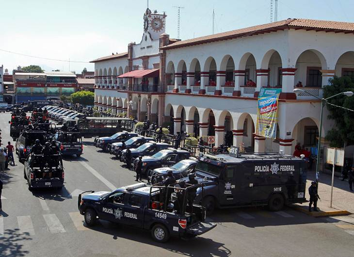 Un juez pone en aprietos a PGR y a Castillo: libera a 43 de 44 detenidos en Apatzingán