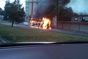 Pega a vialidad incendio de camión