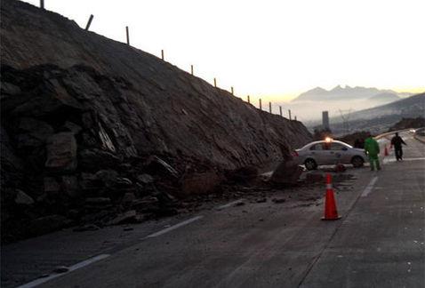 Deslave en autopista a Saltillo daña 3 vehículos; cierran carril