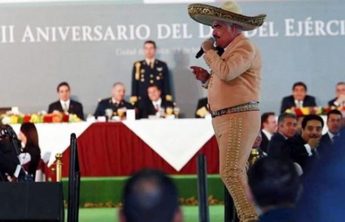 Vicente Fernández le lleva serenata al Presidente y al Ejército