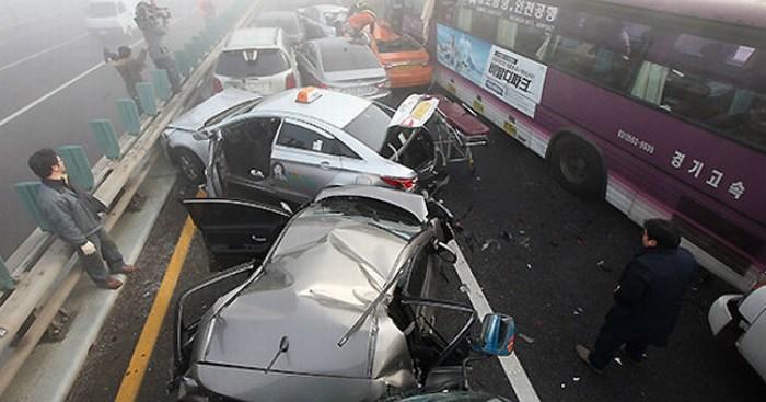 Carambola de 100 autos deja 2 muertos en Corea del Sur