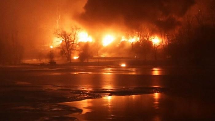 Fuego y petróleo sobre la nieve: se incendió un tren cisterna en EEUU