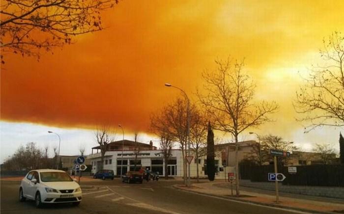 Nube tóxica envuelve 2 pueblos en España