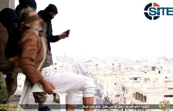 El Estado Islámico arroja a un homosexual desde lo alto de un edificio