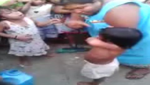 Malas madres incitan a pelear a sus 2 pequeñas hijas.