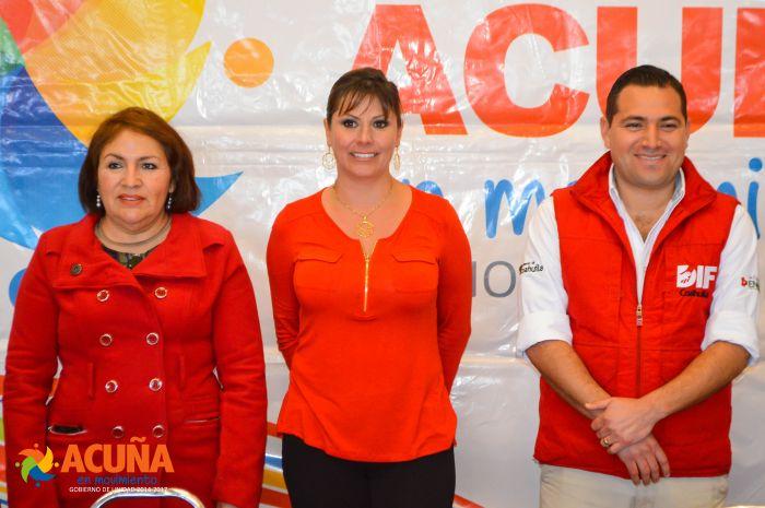 Entregan DIF Acuña y DIF Coahuila becas y accesorios a adultos mayores.