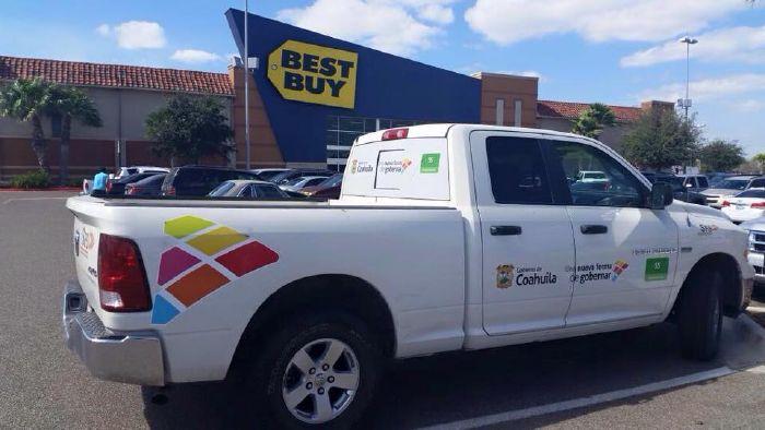 De Shoping funcionarios de Coahuila con vehículos oficiales