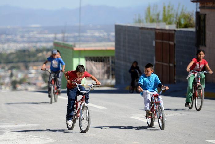 Saltillo: Estrenan niños pavimento en su colonia