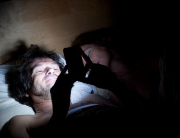 Los riesgos de dormir con el móvil encendido