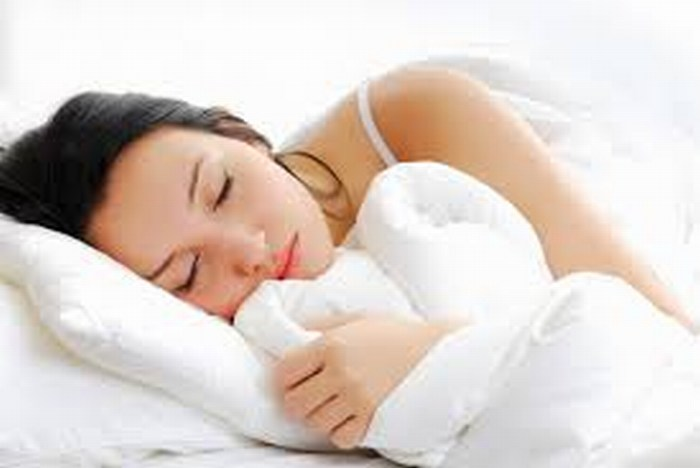 Buen dormir reduce estrés y ansiedad, dice experto en salud mental.