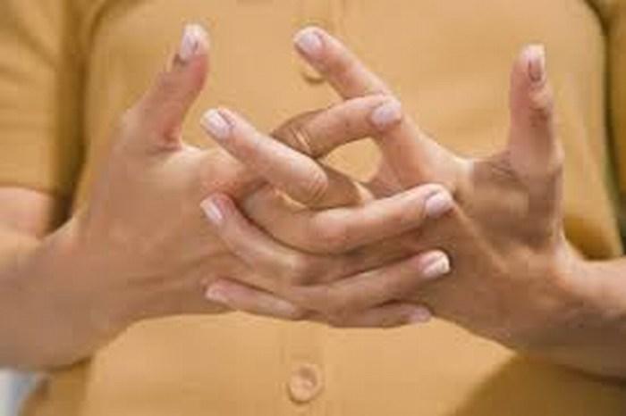 """Genera deformaciones """"tronarse"""" los dedos"""