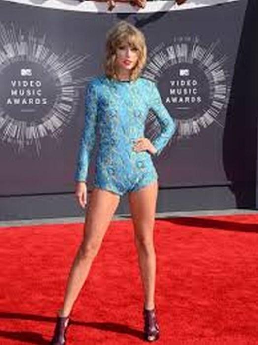 Taylor Swift asegura sus piernas en 40 mdd