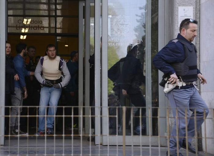 Italia: acusado mató a juez y un testigo en tribunal y huyó en moto