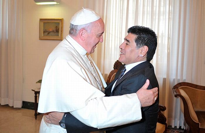 Papa recibe a Maradona, organizarán partido por paz