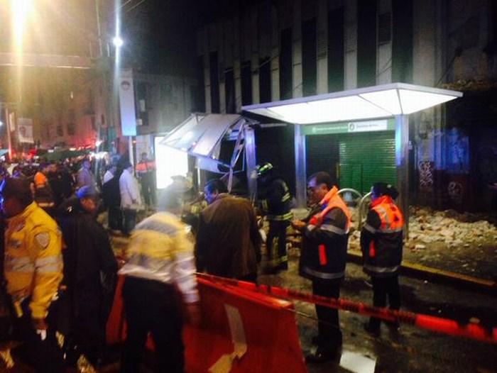 Cae barda sobre parabús, un muerto y 8 heridos