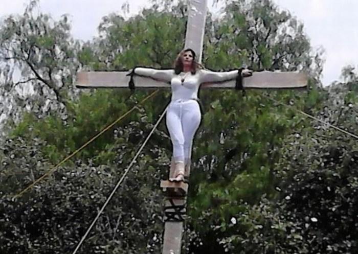 """Candidata se """"crucifica"""" frente al INE tras ser retirada de la contienda"""
