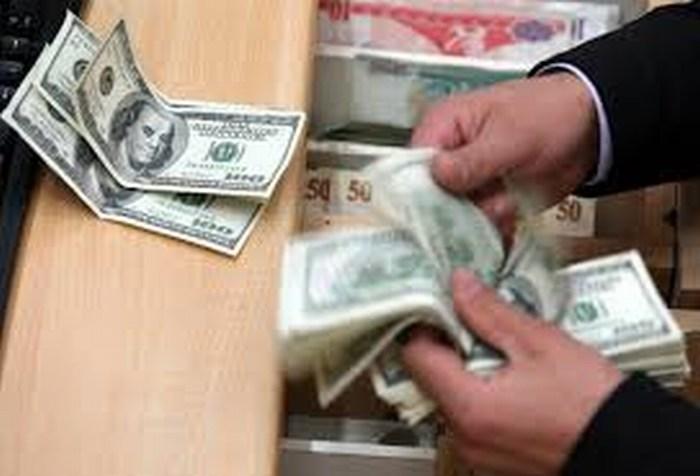 Dólar baja a 15.80 pesos a la venta en bancos