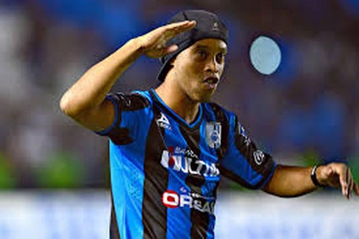 Ronaldinho sigue con Querétaro