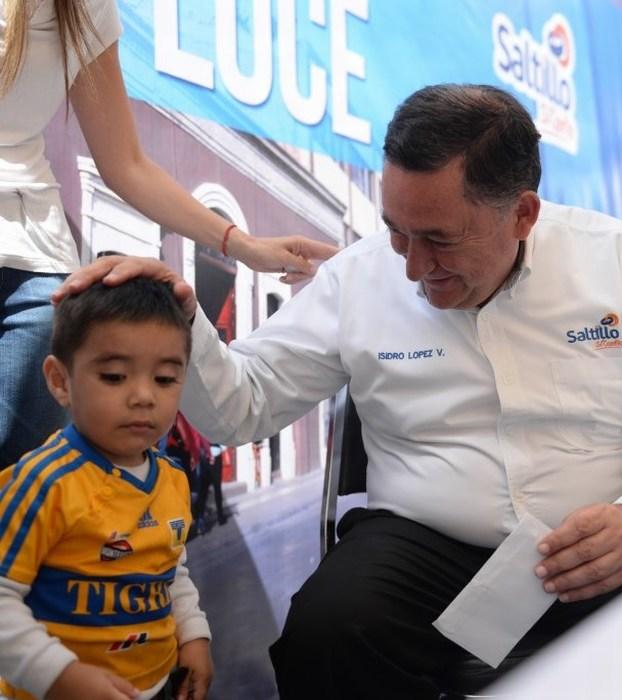 Escucha y atiende Isidro a saltillenses en el Centro Histórico