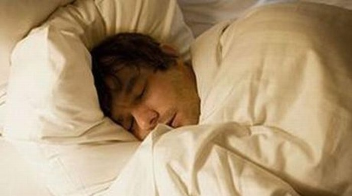 Dormir mal o poco incrementaría riesgo de Alzheimer