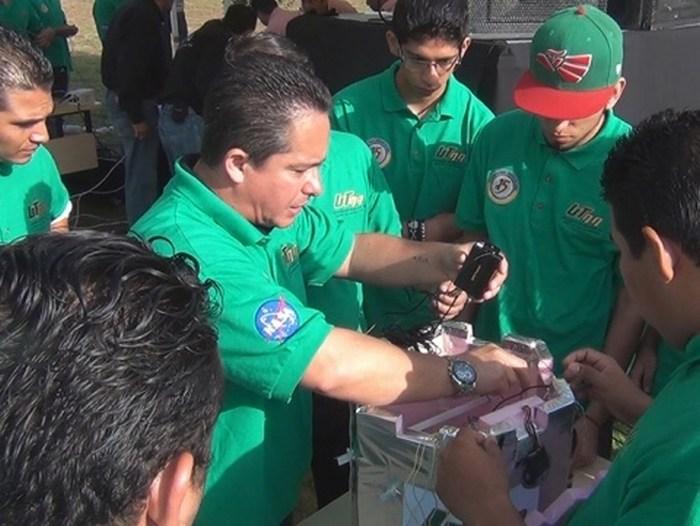 NASA entrega certificado a estudiantes de Aguascalientes tras crear satélite