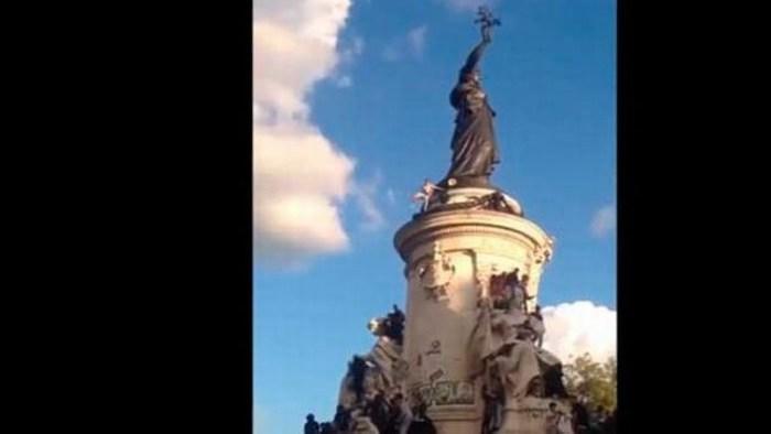 Joven intenta escalar estatua, resbala y muere en París
