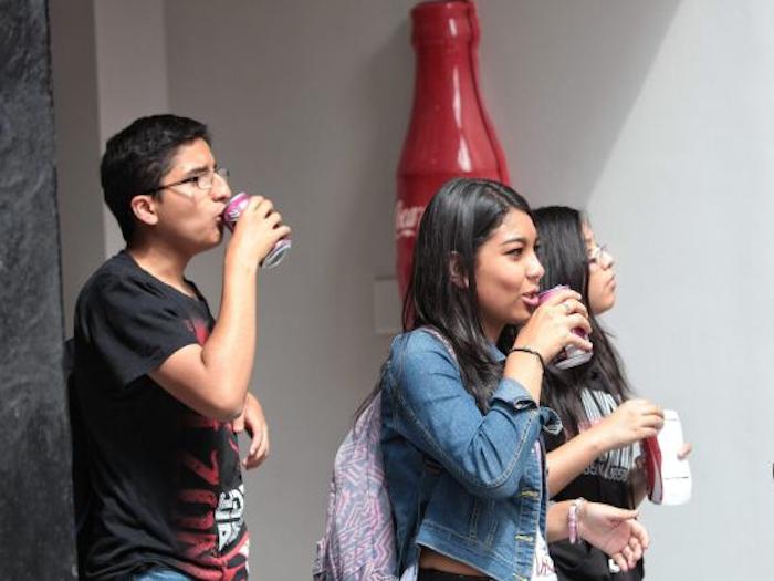 El Senado frena la reducción del impuesto al refresco en México