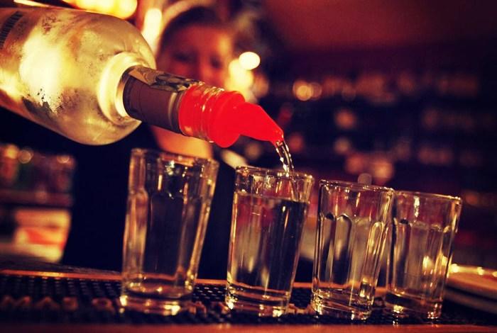 Alertan: De cada 10 botellas en el mercado, 4 son de licor adulterado