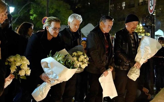 U2 lleva flores al Bataclan