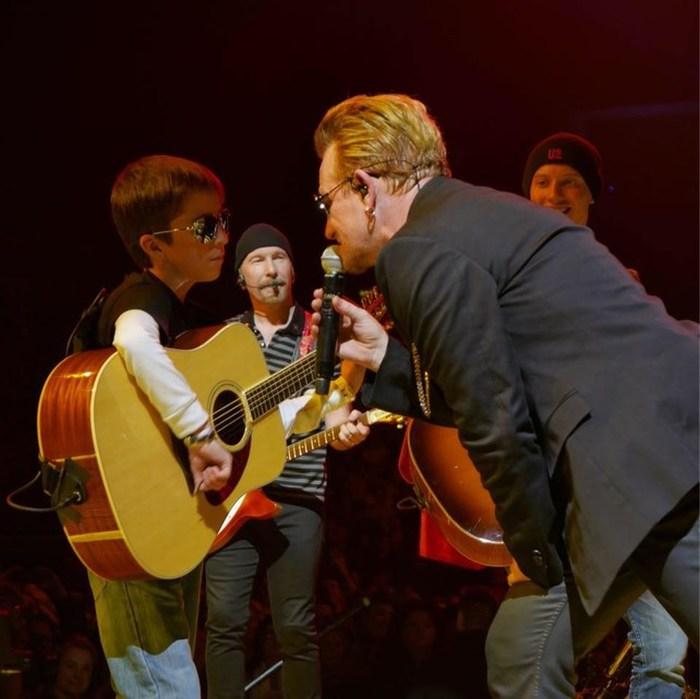 Niños mexicanos tocan junto a U2