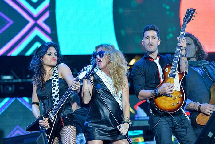 Paulina Rubio luce su muy notorio embarazo en concierto