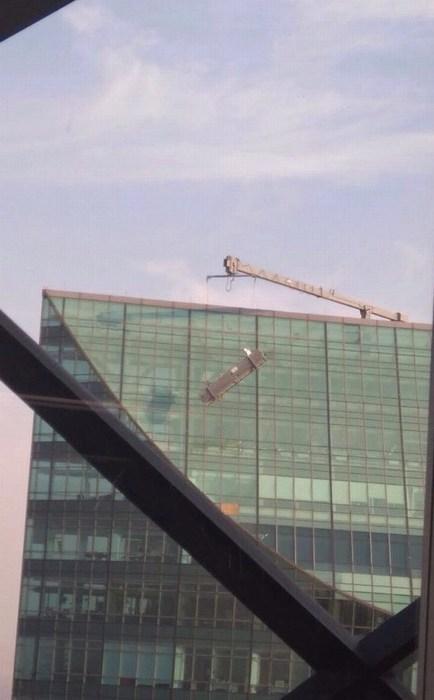 Rescatan a trabajadores que quedaron colgados en Torre Mayor