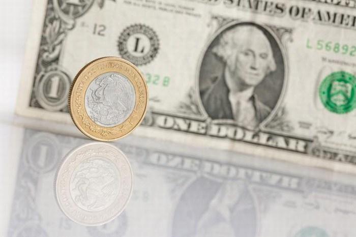 Peso se desploma casi 3% frente al dólar, alcanza otro mínimo histórico