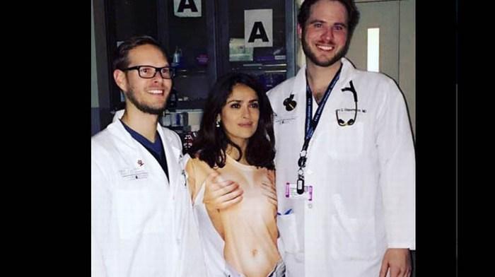 Se viraliza playera que utilizó Salma Hayek para acudir a hospital.