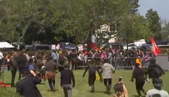 Se tornan violentas protestas anti-Trump en California (VIDEO)