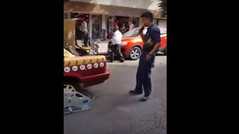 Ponen 'araña' a taxista que sacaba silla de ruedas de pasajero anciano