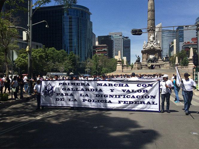 Ex policías realizan marcha del Ángel a la Segob