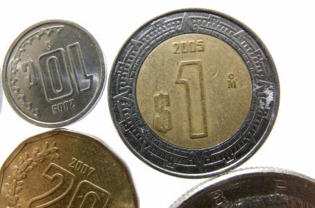 Peso 'rebota' siguiendo al petróleo por arriba de 50 dólares