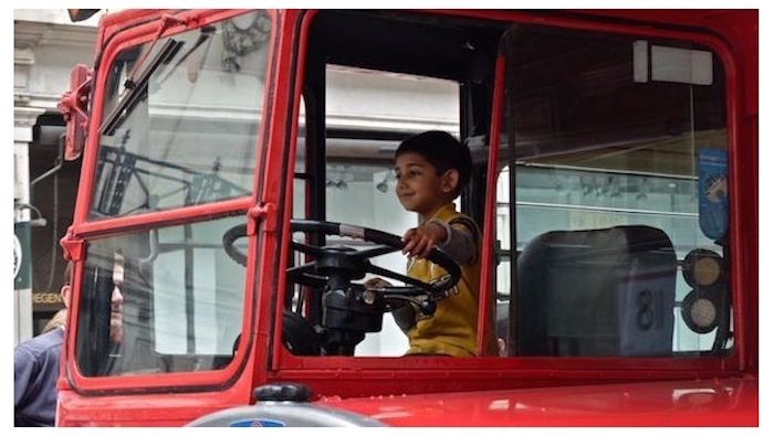 Niño roba autobús y ofrece transportar a pasajeros