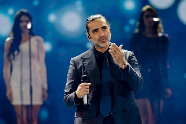 Alejandro Fernández también rinde homenaje a Juan Gabriel
