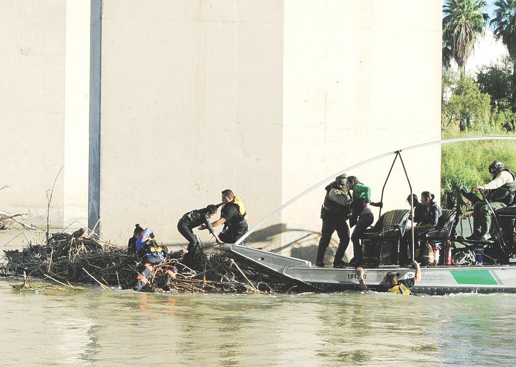 Rescatan en el Bravo a familias migrantes