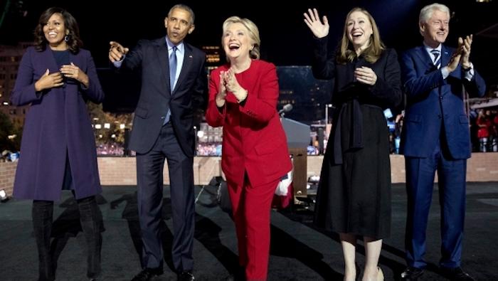 Junto a su familia y los Obama, Hillary Clinton cierra campaña en Filadelfia