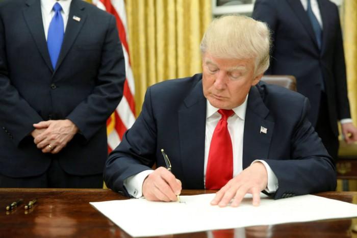 Dice Trump que hablará con Peña del TLCAN, muro y migración.