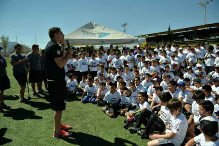 Conviven niños y jóvenes saltillenses con profesionales del fútbol americano