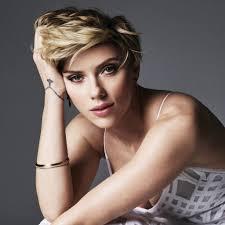 Scarlett Johansson reaparece en gala tras separación.