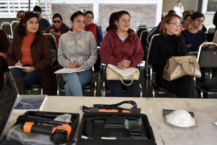 Invitan a mujeres a participar en taller de mecánica básica