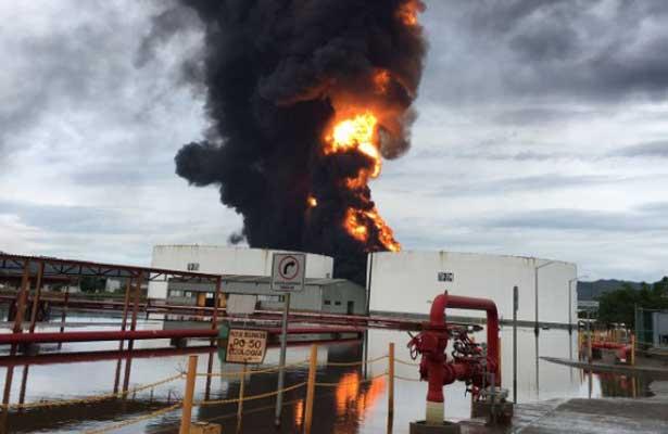 """Una gran explosión se registró en la refinería  """"Antonio Dovalí """"Oaxaca."""